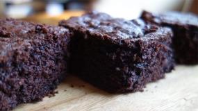 طرز تهیه کیک براونی همراه با لبو و شکلات