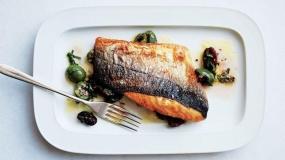 طرز تهیه فیله ماهی با پوست برشته و برگهای اسکارول