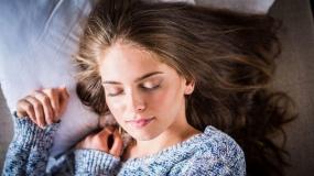 ضررهای خوابیدن با آرایش