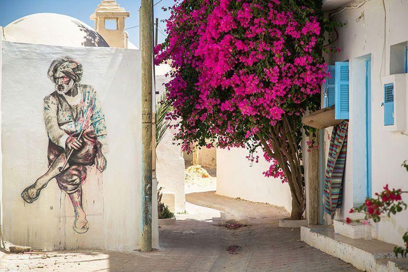 گردهمایی هنرمندان و نمایش هنر خیابانی در روستایی در کشور تونس