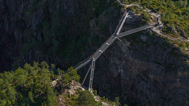 ساخت پلی متفاوت روی آبشاری در نروژ