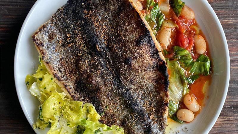 طرز تهیه ماهی کبابی با سالاد لوبیا سفید به سبک مدیترانه ای