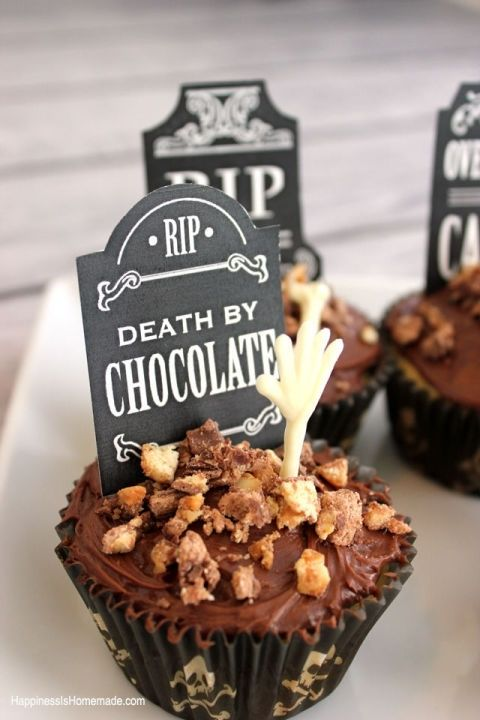 gallery-1466718978-halloween-graveyard-and-bones-cupcakes-spookycelebration-shop