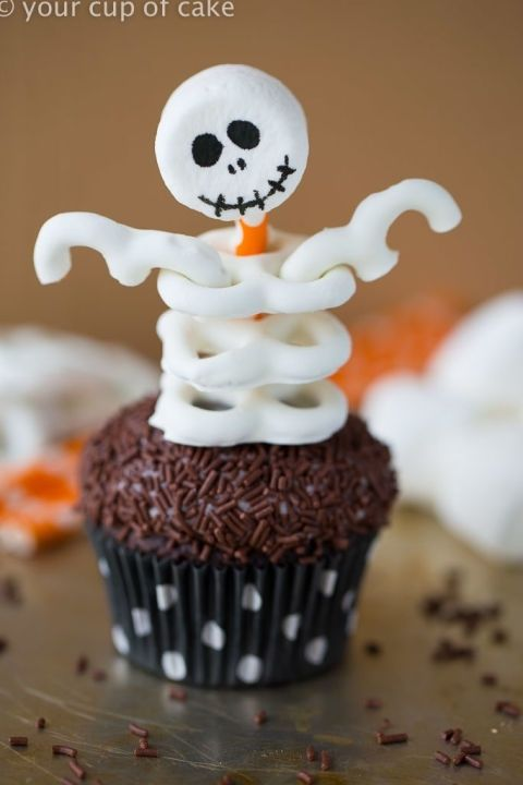 gallery-1497885904-skeleton-cupcakes