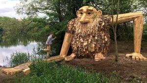 هنر بازیافت و ساخت مجسمه های غول پیکر از ضایعات چوبی
