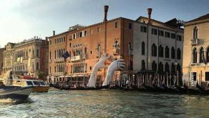 هنرمند ایتالیایی با سخت مجسمه غول پیکر از دو دست انسان در شهر ونیز، در مورد بحران گرم شدن زمین به مردم هشدار داد
