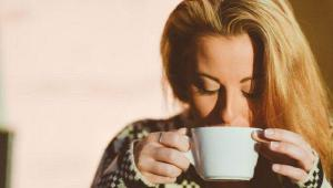 فواید نوشیدن آب گرم در صبح